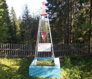 Памятник на братской могиле в Молёбке, где похоронен Л.Лукин