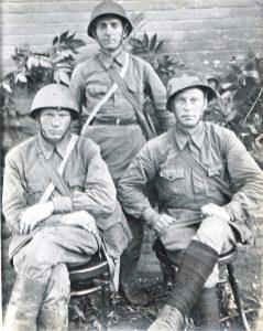 фото 2 Кирсанов Прокофий Макарович- мой Дедушка Проня на фронте 1941 год - сидит справа.